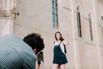 Uomo fotografare fidanzata dal Duomo di Arezzo — Foto stock