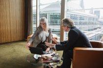 Geschäftsmann und Geschäftsfrau in Kaffee-Ecke im Büro — Stockfoto