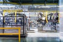 Línea de producción de automóviles en fábrica de automóviles - foto de stock