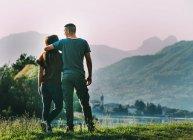 Casal em pé em ambiente rural — Fotografia de Stock