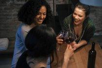 Amigos bebendo vinho tinto — Fotografia de Stock