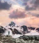 Туристы, глядя на облака на снегу покрыты горы — стоковое фото