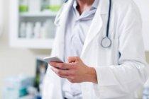 Arzt im Krankenhaus mit Handy — Stockfoto