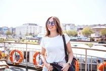 Турист на пассажирской палубе парома — стоковое фото