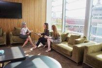 Бізнес-леді зустріч на дивані office — стокове фото