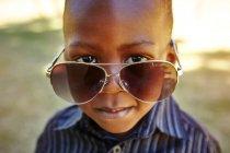 Мальчик в очках для взрослых — стоковое фото