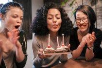 Mujer soplando velas - foto de stock