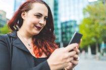 Donna d'affari guardando smartphone — Foto stock