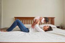 Femme tenant jusqu'à bébé fille — Photo de stock