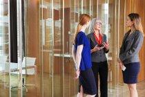 Geschäftsfrauen stehen im Gespräch — Stockfoto