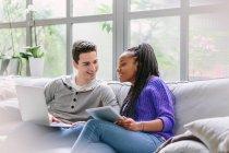 Paar mit Laptop auf dem Sofa sitzen — Stockfoto