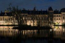 Binnenhof, éclairée la nuit — Photo de stock