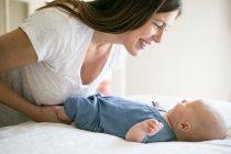 Mutter spielt mit Baby — Stockfoto