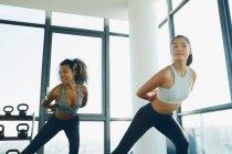 Frauen sich im Fitnessraum fit halten — Stockfoto