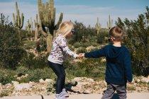 Мальчик и девочка держатся за руки — стоковое фото