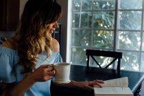 Молодая женщина читает книгу — стоковое фото