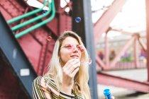 Adolescente ragazza soffiando bolle — Foto stock