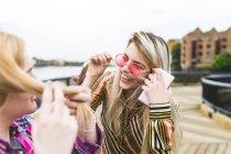 Девушки тянут волосы через губы — стоковое фото
