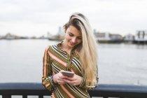 Adolescente usando Smartphone — Fotografia de Stock
