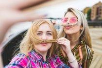 Femminile amiche prendendo selfie — Foto stock