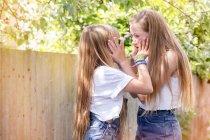 Meninas no jardim cara a cara — Fotografia de Stock