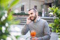 Молодой человек с помощью смартфона — стоковое фото