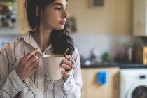 Junge Frau zu Hause — Stockfoto
