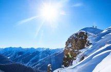 Два мужчины лыжники — стоковое фото