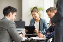 Empresários e mulheres tendo escritório — Fotografia de Stock