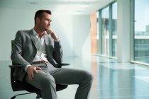 Empresário sentado na cadeira — Fotografia de Stock