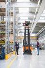 Gestione guardando carrello elevatore a forcale — Foto stock