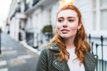 Giovane donna che cammina in strada — Foto stock