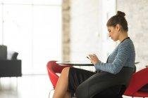 Empresária sentado no escritório — Fotografia de Stock
