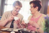 Старшие женщины, смеющиеся — стоковое фото