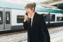 Бизнесвумен на вокзале — стоковое фото