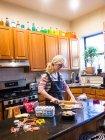 Frau backt am Küchentisch — Stockfoto
