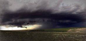 Nube di supercelle rotanti sull'area rurale — Foto stock