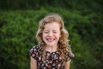 Ragazza con i capelli biondi ondulati — Foto stock