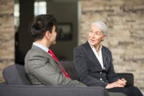Donna di affari e l'uomo che ha riunione — Foto stock