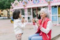 Женщина и девочка ест мороженое — стоковое фото
