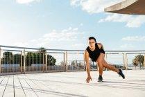 Молода жінка, гімнастика на відкритому повітрі — стокове фото