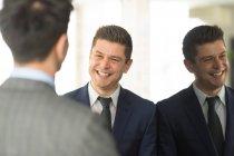 Zwei Geschäftsleute, die Diskussion — Stockfoto