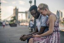 Молодая пара сидит на стене — стоковое фото