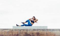Giovane donna che esercita all'aperto — Foto stock