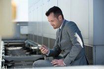 Бизнесмен сидит на улице — стоковое фото