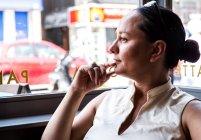 Imprenditrice con la mano sul mento — Foto stock