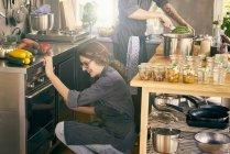Köche kochen in gewerbliche Küche — Stockfoto