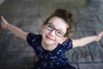 Chica usando gafas para los ojos - foto de stock