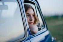 Туристический внутри синий автомобиль — стоковое фото