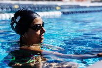 Nadador en el agua en piscina - foto de stock